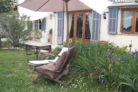 Bas de villa avec jardin - House