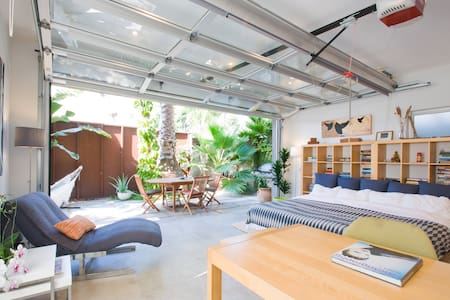 The studio's open space layout with its indoor / outdoor floating space into lush green makes for an outstanding vacation space. The calm coming for the plants after having taken a shower in the spacious bathroom is on par with a Spa visit.