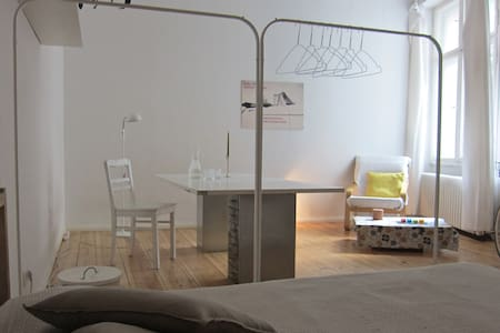 Room on famous Weserstrasse - Berlin - Apartment