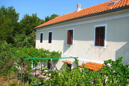 Great located Croatian style house - Hus