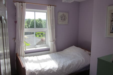 2 Single rooms 2 miles from centre.