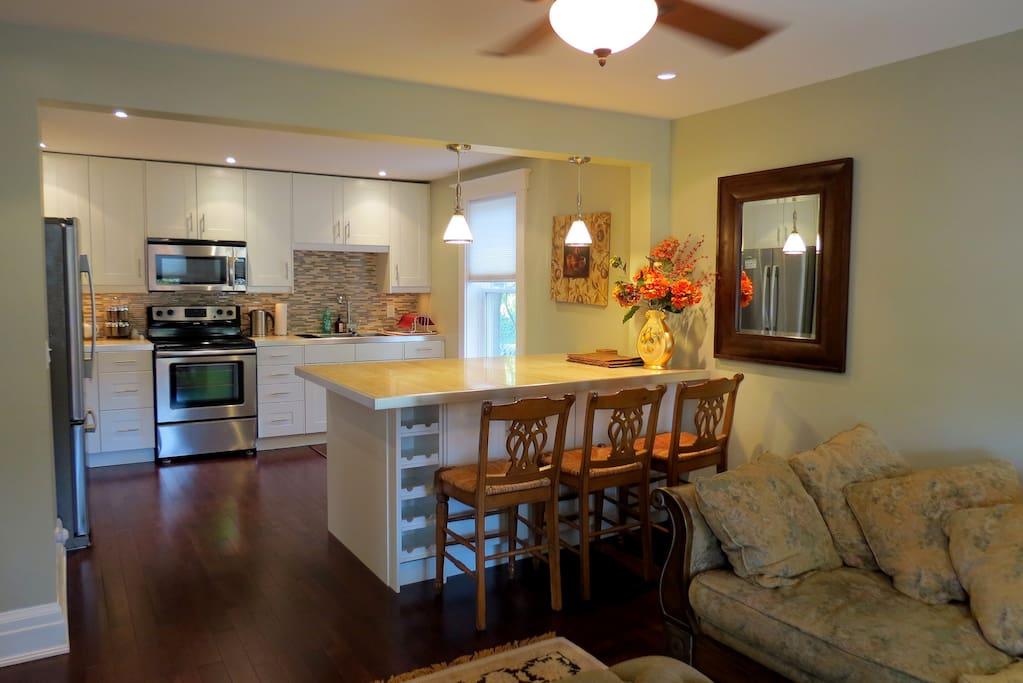 RSA Rentals   Kitchen island, Emerson House Caroline Street, Burlington furnished rental