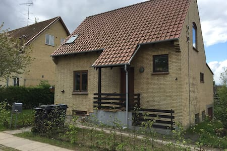 Nice room with bath, Close to town - Hillerød - Hus