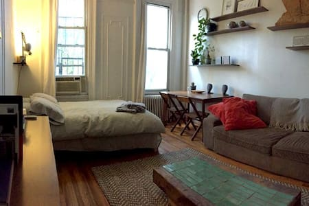 Super cute studio apartment in the heart of East Williamsburg. Bars, restaurants, cafes, all five minutes walk away. L train two blocks away; 15 minutes to Manhattan. This calm space receives wonderfully diffused light and overlooks the street below.