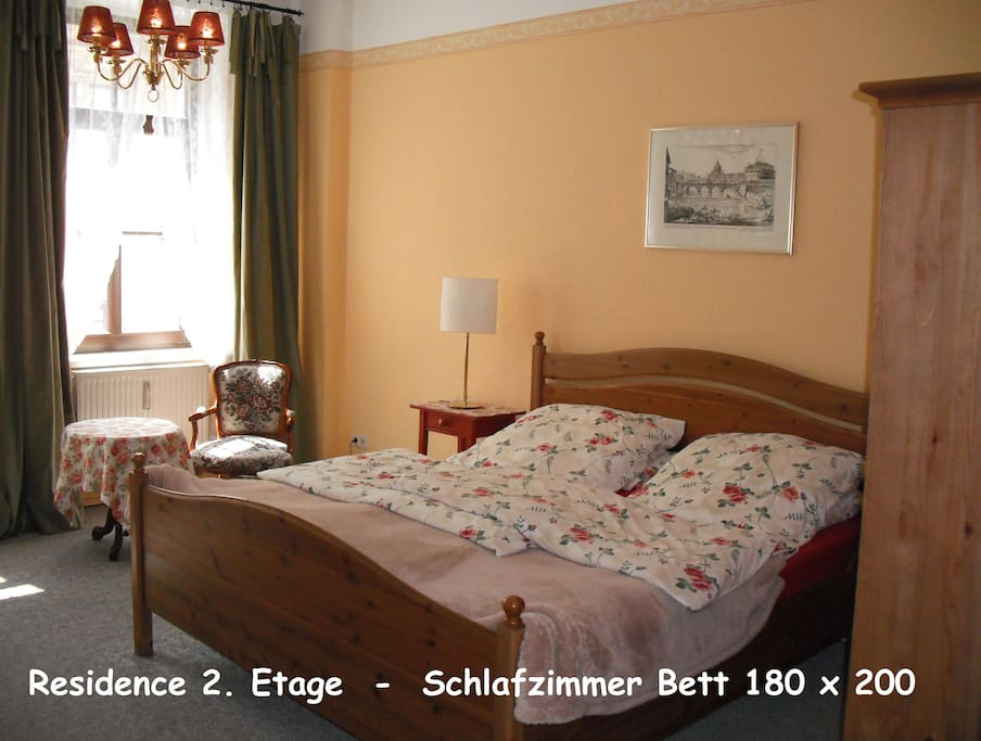 Das gelbe Schlafzimmer ist römisch angehaucht / The spacious yellow bedroom towards the street is inspired by Rome
