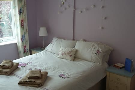 Ensuite, 10 min to Dublin Airport, 20 min to City - Casa