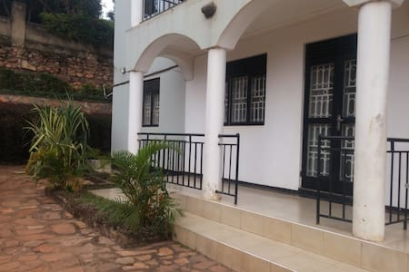 Cosy Secure 2BR Home in Mengo near City Center - Appartement