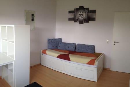 Zimmer mit Zugang zum Balkon - Apartment