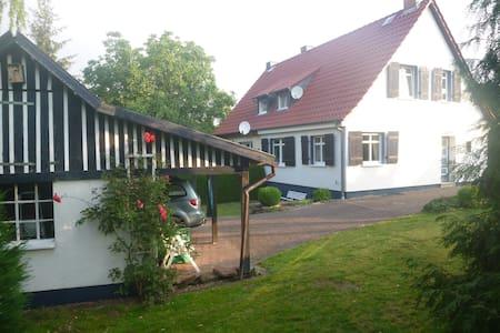 80 m² Ferienhaus mit Garten, Ortsrandlage - Arenshausen - House
