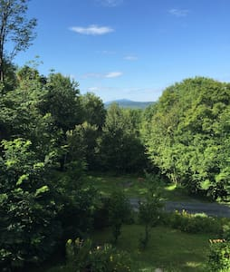 Perfect for Dartmouth Graduation, Move-In weekend, close to hiking, skiing, & outdoor activities. Private, view of Mt. Ascutney. Close to Hanover, Dartmouth College, DHMC, Appalachian Trail.