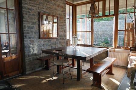 Rustic artists residence on a mountain ridge - Solan - Huis