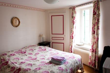Chambre coquette  avec s d b  privatives - Civrieux - Bed & Breakfast