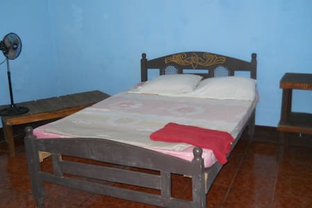 Roomy private bedroom for two! - León - Bed & Breakfast