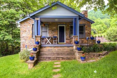 2BR Stone Cottage w/Hot Tub + Wifi - Hus