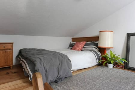 Private loft room in sunny, wooded West Marin home - Woodacre - House