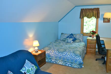 Cozy Cape Woodland Home - Trenton - Bed & Breakfast