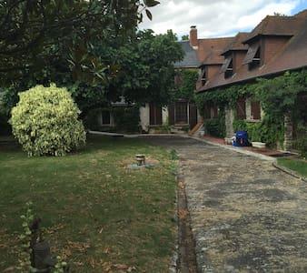 Maison dans village Briard typique - Huis