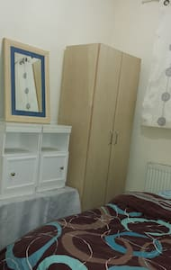 Room in Southgate for Female - Bed & Breakfast
