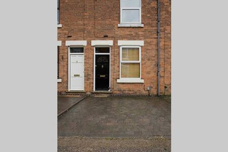 Quiet 2 bed, cosy, convenient house - House