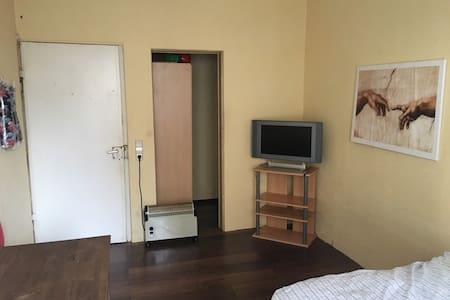 Kleines Zimmer in Zuffenhausen Nähe Porsche, Bosch - Stuttgart - Wohnung