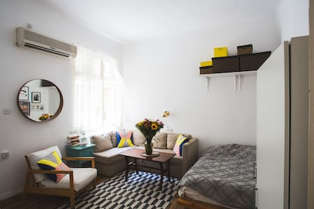 Small renovated  studio, kitchen (full Equipped) , queen size bed.  located on the corner of the quiet Ben Gurion boulevard the famous Dizengof st. with its coffee shops, restaurants and fashion boutiques,  5 min walk from the beach.