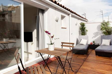 Loft studio, bright and spacious, ideal for couples who want to stay in Barcelona. The place is centrally located, close to the Ramblas and the beach. Cill-out terrace allowing you to enjoy the Mediterranean weather.