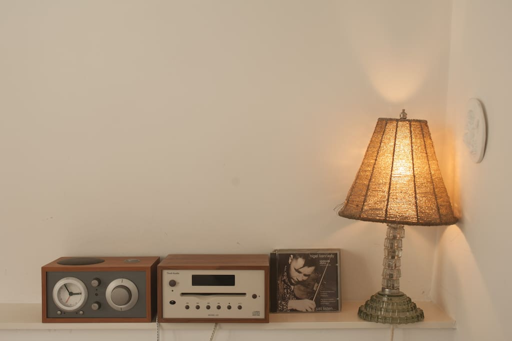 Audio (radio, cd-speler) met jazz/lounge muziek.