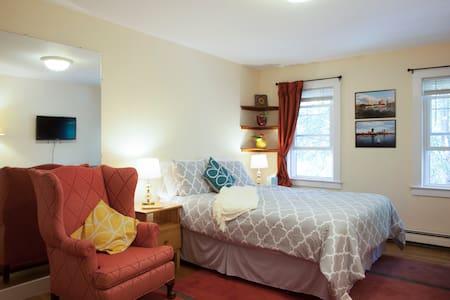 Big bedroom/own bath 12 min Harvard - Bed & Breakfast