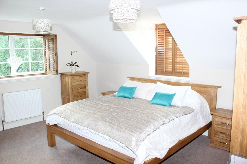 Super King Luxury oak bed with en-suite bathroom