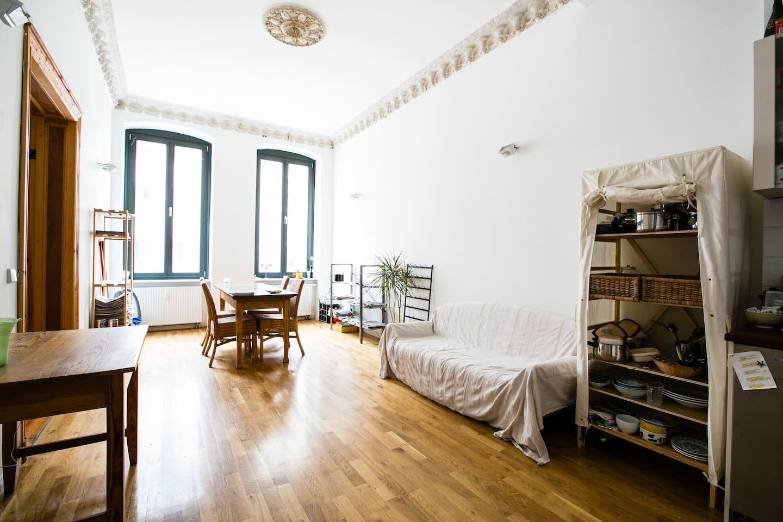 Die Wohnung befindet sich in einem Haus, das etwa 120 Jahre alt ist.