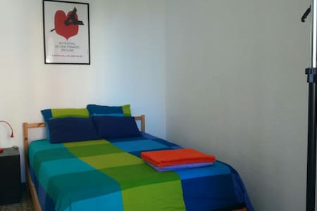 A double room in a calmed apartment just for August and the last week of July. Only two bedrooms in the flat. The bathroom is shared and always kept in prestine condition. Near Park Güell and Gracia neighborhood, 4 metro stations to Plaza Cataluña.