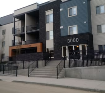 For 5-6, Free WIFI, Heated Parking - Calgary - Apartment