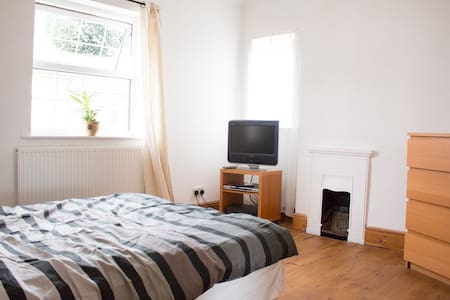 The room has a shower and is very spacious. The NWSC, Nottingham University, City Centre, the Castle, Trent Bridge and The City Ground are 15-20 mins away. We are close to fields, village shops and the river. There are also two other rooms to rent.