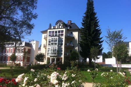 82 qm Ferienwohnung direkt am Rosengarten 5 Sterne - Bad Elster - Flat