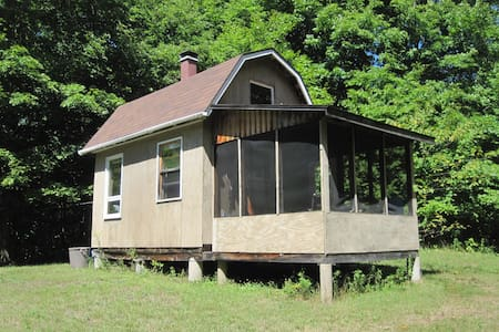 Strawberry Hill cabin, private on edge of meadow - Gilmour
