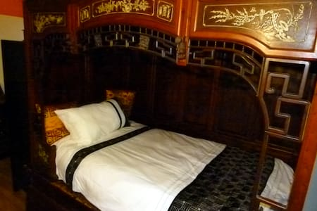 Antique Chinese bed in luxury home - Haus