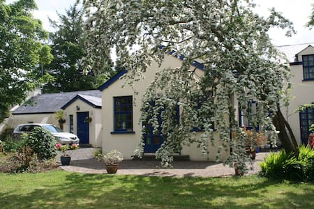 Large quiet traditional cottage - Hazelwood - Bed & Breakfast