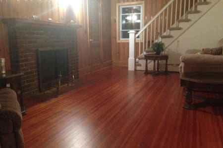 Private bedrm in house (best location) $880 month - Stamford - Maison