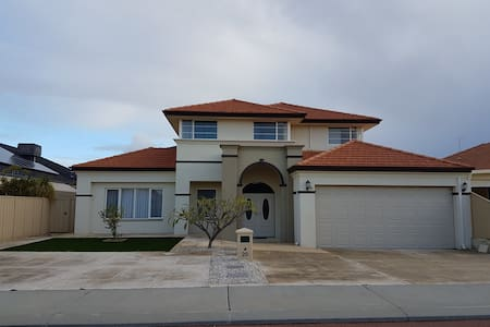 Luxury 2 storey family home close to Perth Airport - House