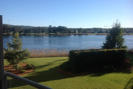 Modern One bedroom unit with gorgeous lake views - Daire