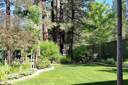 Couples retreat in a mountain garden setting. - South Lake Tahoe - Bungalow