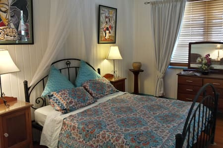 Spacious, comfortable bedroom with large ensuite - The Range - Bed & Breakfast