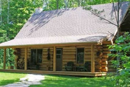 Egg Harbor Log Cabin in the Woods, Door County - Stuga