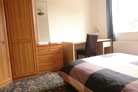Double room, near station, parking - Casa
