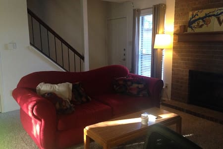 Private bedroom (with private bath) just a 10 minute drive from Kyle Field. We are located in a quiet complex with ample parking and a 5 minute walk from two different TAMU bus routes. Within walking distance of several restaurants and Post Oak Mall.