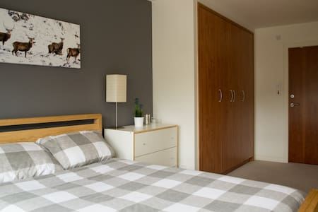 Large double ensuite room with parking in Leith - Huoneisto