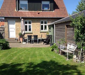 Hyggeligt byhus med ugeneret have - Grenå - Casa