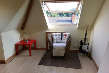 Comfy and airy loft conversion, entire top floor - Entire Floor