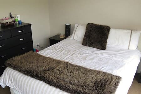 Cosy sunny relaxing room. Queen Bed - Talo