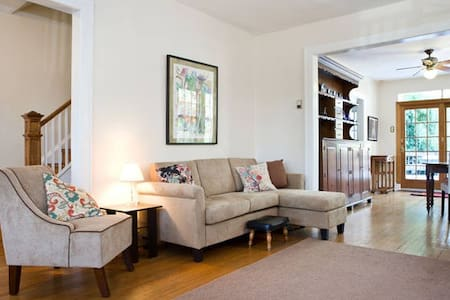 Petite Chevy chase room - House